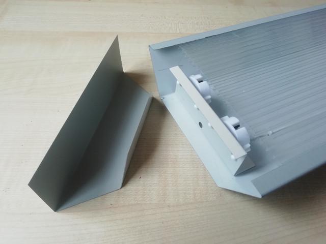 На фото изображены снятая торцевая заглушка и светильник для подлключения ЛЕД светодиодных LED ламп Т8 G13 модель СТ-02 2х1200