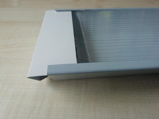 На фото изображены крупным планом рассеиватель и торцевая заглушка светильника для подлключения ЛЕД светодиодных LED ламп Т8 G13 модель СТ-02 2х1200