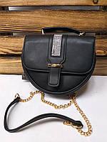 Женский клатч черного цвета с полоской из страз на клапане, полукруглой формы, с регулируемым ремешком