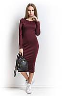 Платье из мягкого трикотажа в обтяжку бордового цвета.