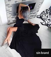 Чорне плаття з шлейфом.