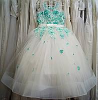 7.50 Нежное бело-бирюзовое нарядное детское платье-маечка с цветами и широким корсом на 6-8 лет