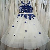 7.49 Шикарное белое с синим нарядное детское платье-маечка с цветами и широким корсом на 6-8 лет