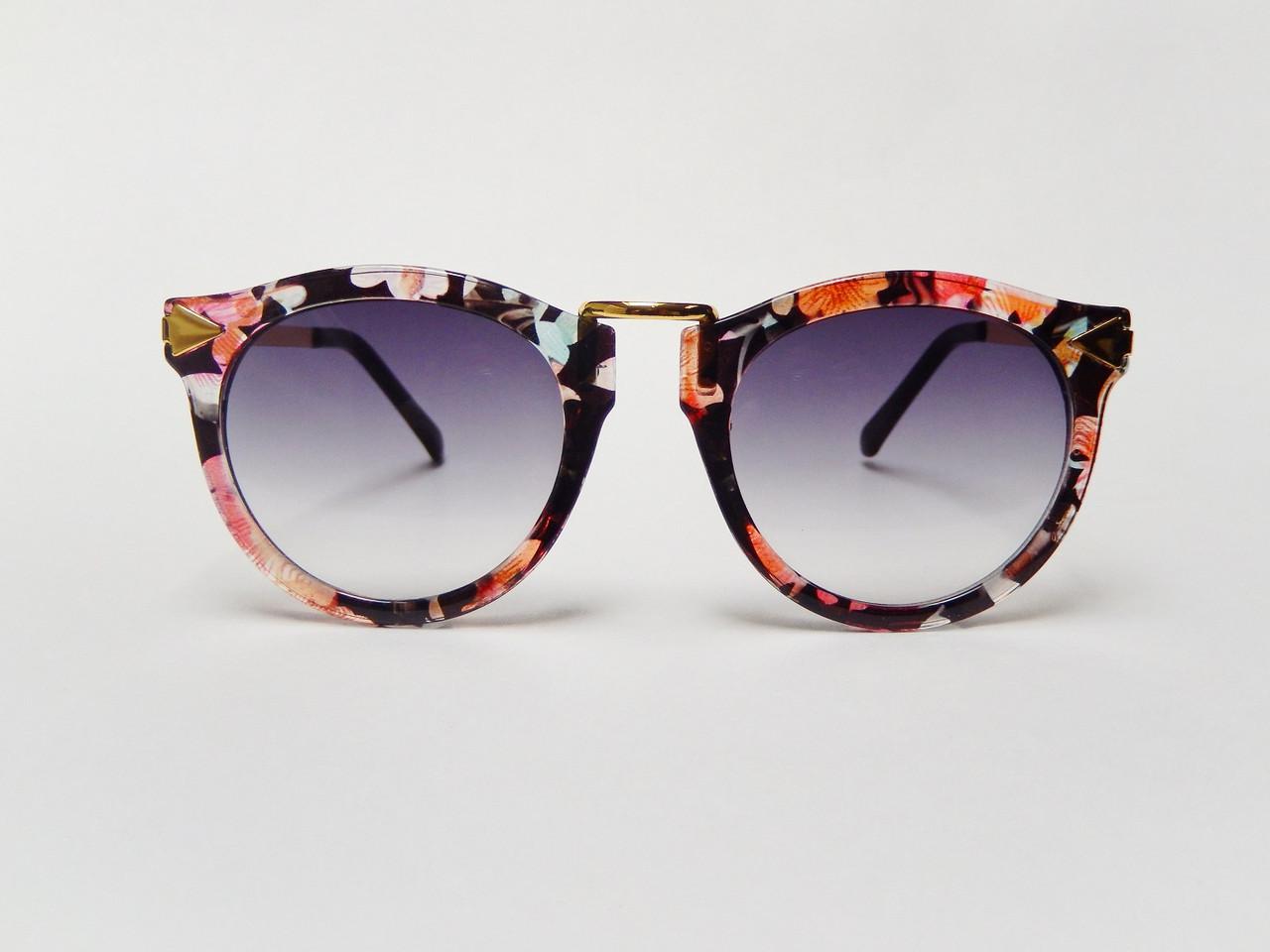 Солнцезащитные очки в стиле Karen Walker.