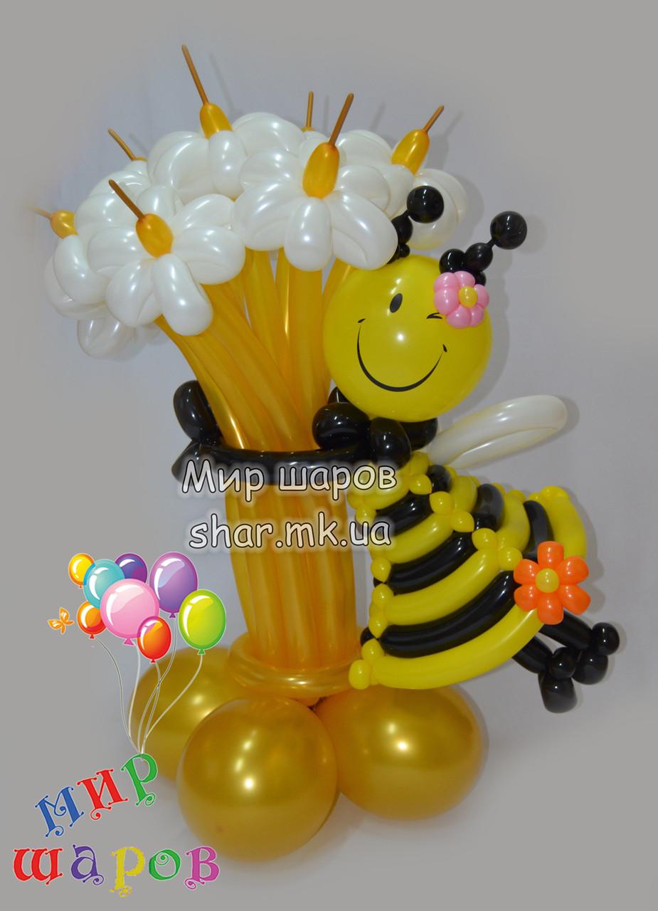 Букет бело-золотых цветов с пчелкой из воздушных шаров