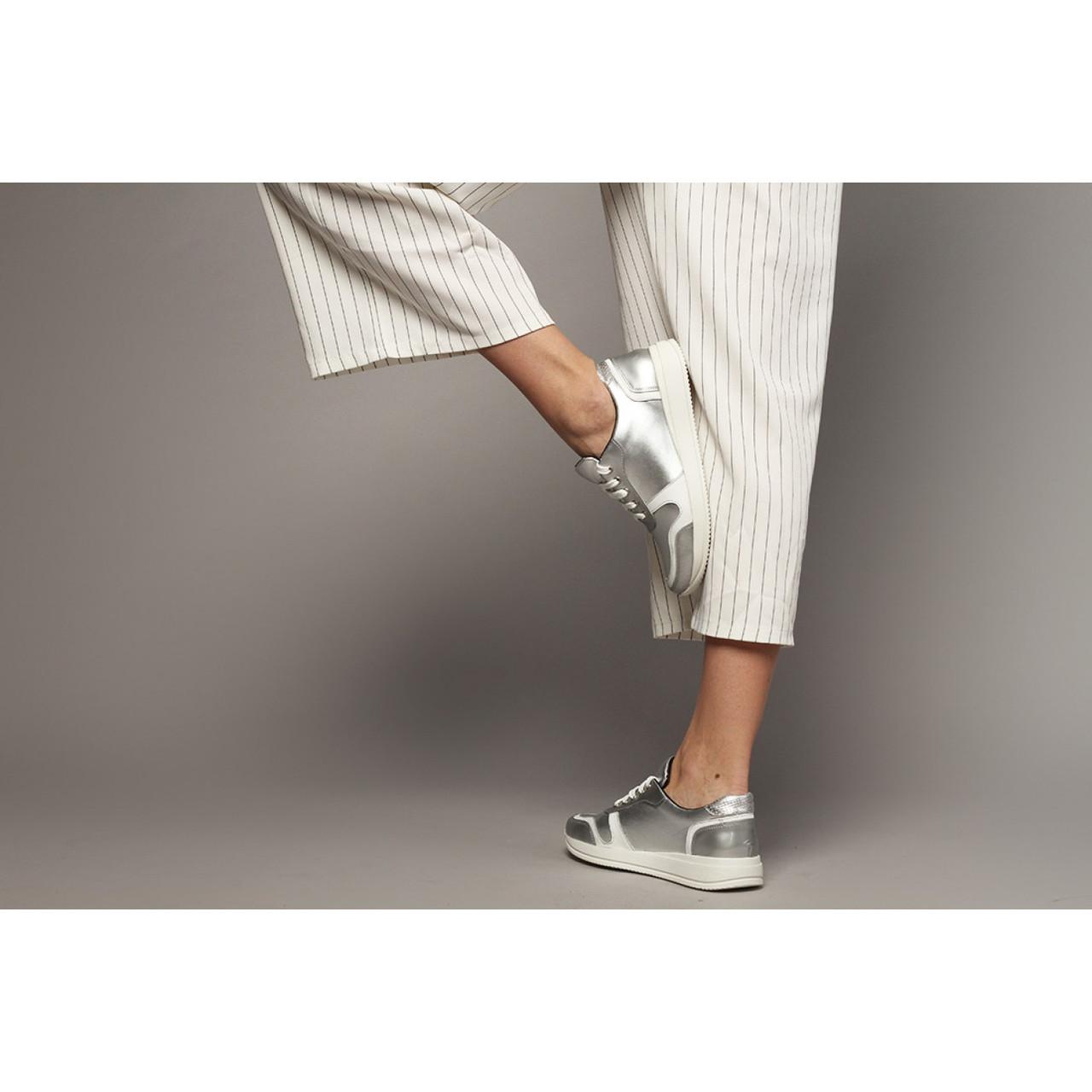 29e772a0 Серебряные кроссовки из натуральной кожи - Интернет магазин женской обуви