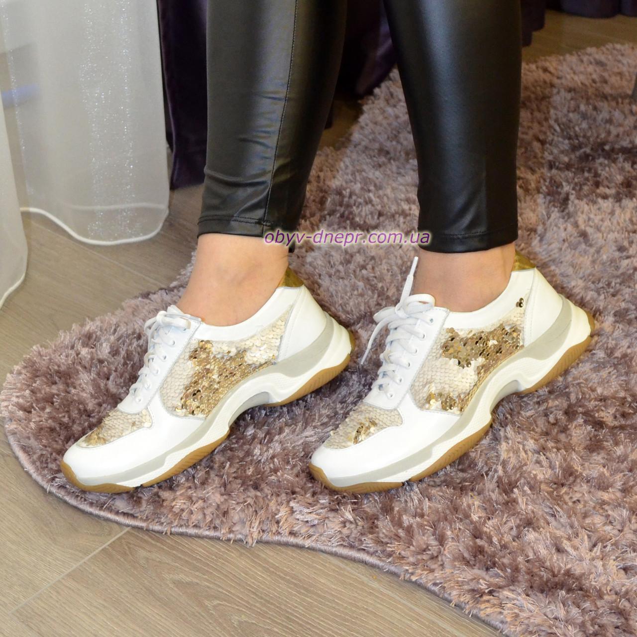 Стильные женские кожаные кроссовки на шнуровке, декорированы пайетками