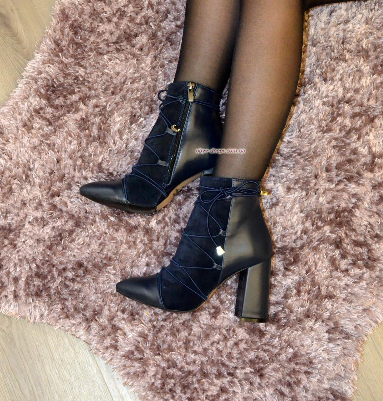 Ботинки зимние на высоком устойчивом каблуке, декорированы резинкой, цвет синий