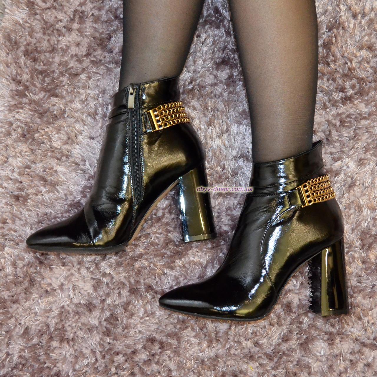 Ботинки лаковые женские зимние на высоком устойчивом каблуке, декорированы цепью