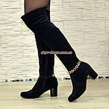 Ботфорты зимние замшевые на устойчивом каблуке, декорированы цепочкой, фото 2