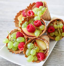 Вафельный рожок с фруктами на 8 марта