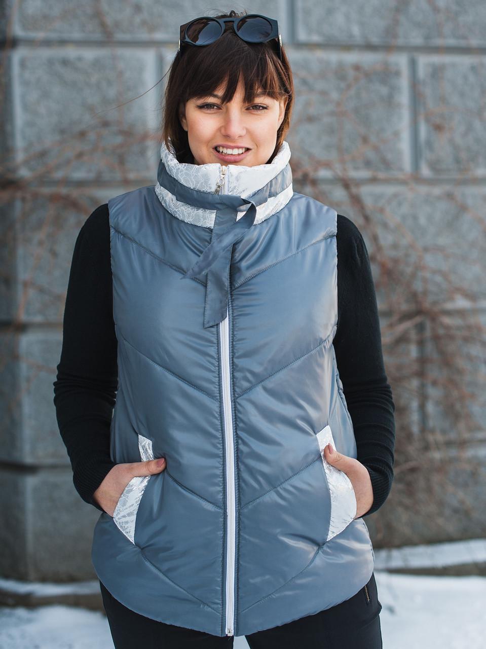 Женская жилетка декорирована серебристой плащевкой с эффектом кружева, размеры 54-60