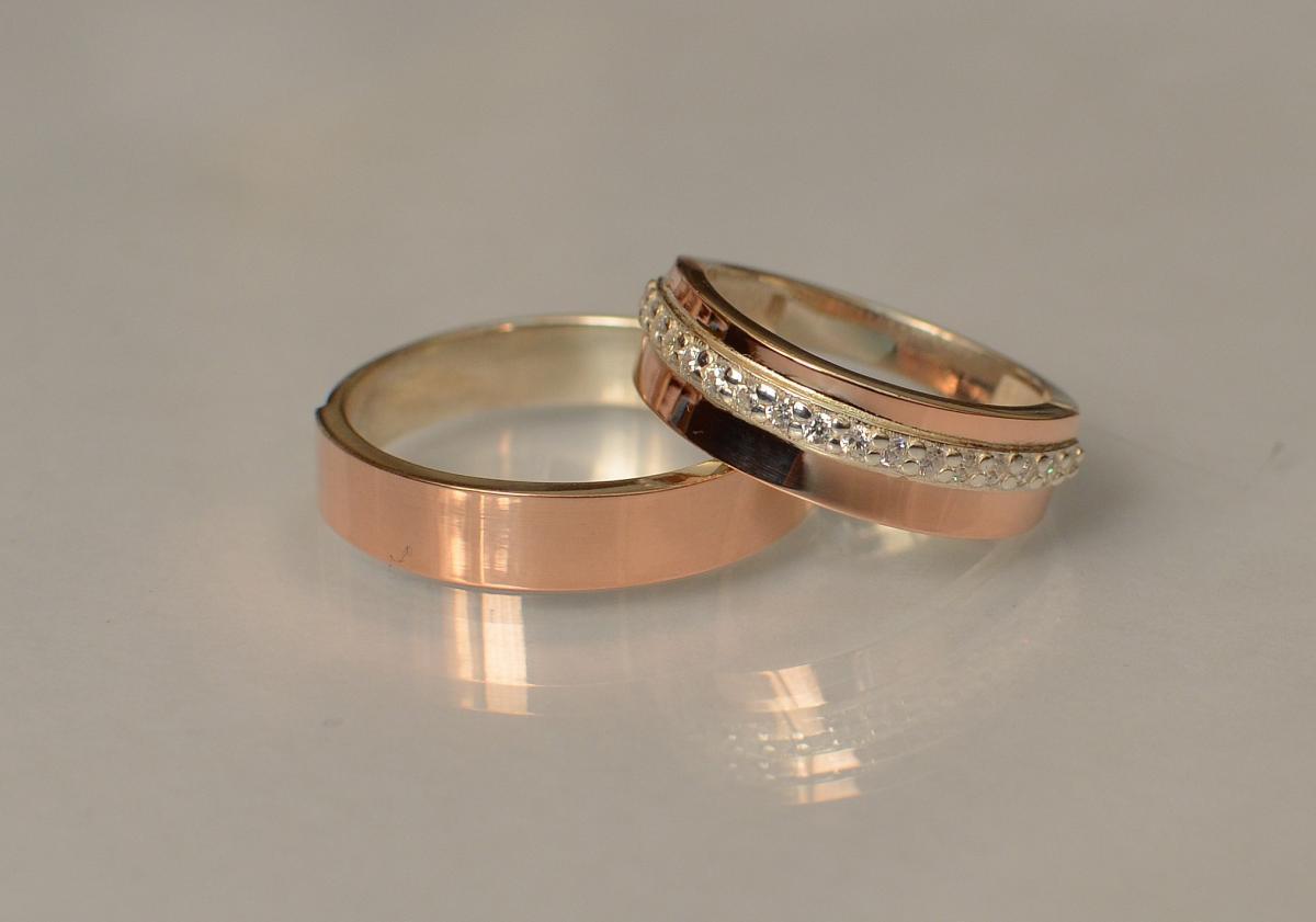 Пара серебряных обручальных колец с золотыми пластинами