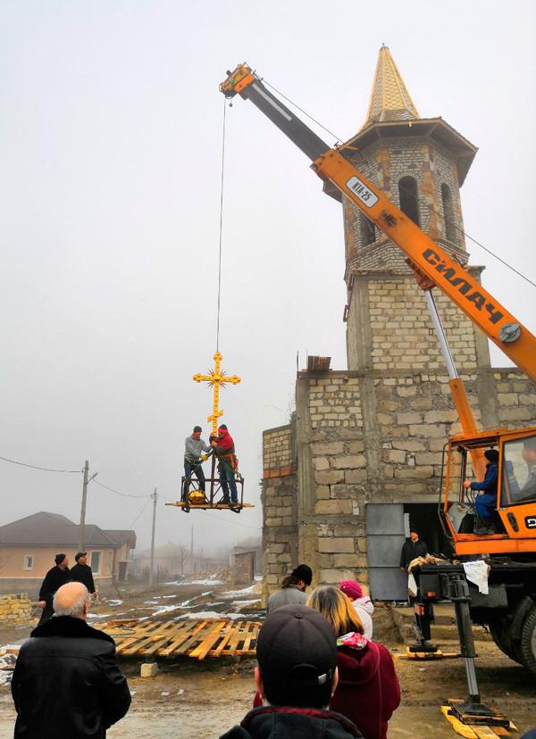 Установка нашого хреста на храм в Молдові