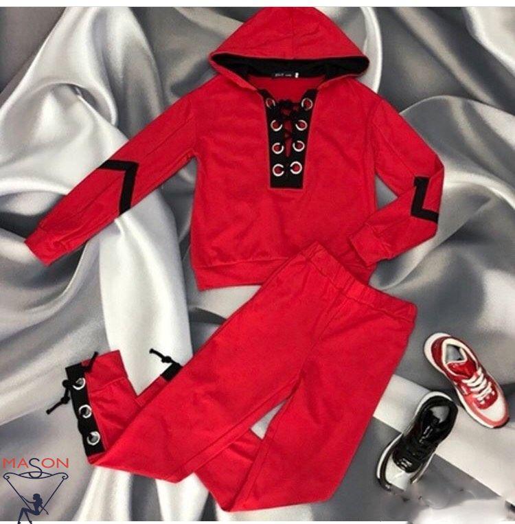 красный спортивный костюм с люверсами