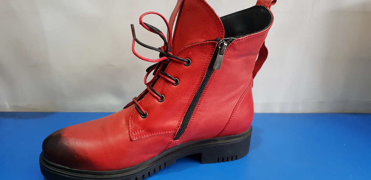 Женские кожаные ботинки красного цвета