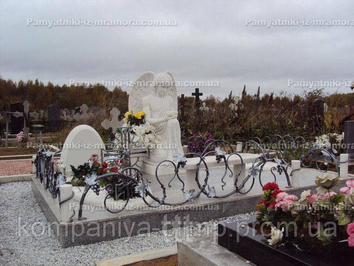 Мраморный памятник с ангелом №4