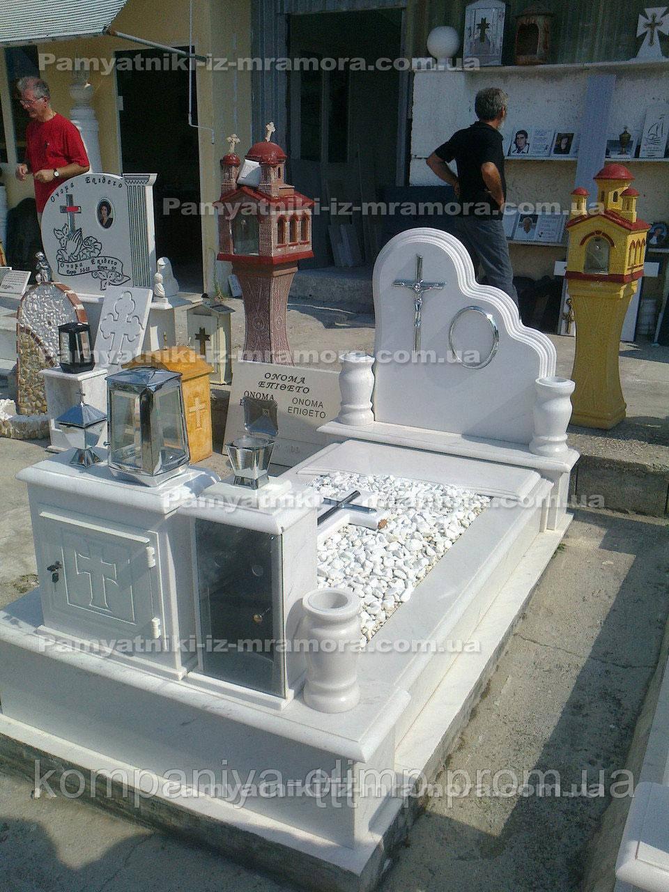 Мраморное надгробие   с вазами и лампадой №9