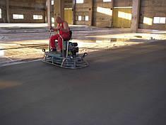 Затирка бетонного пола (вертолетом) и нанесение сухого упрочнителя (топпинга)