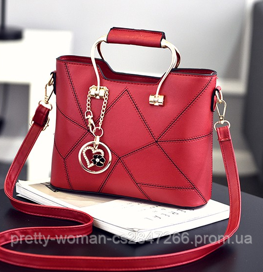 Женская красная сумка с брелком