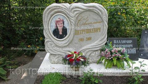 Памятник  из мрамора с сердцем и фото на керамике №21