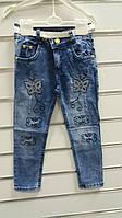 Джинсы для девочки 3-7 лет синего цвета с вышивкой и поясом бабочки оптом