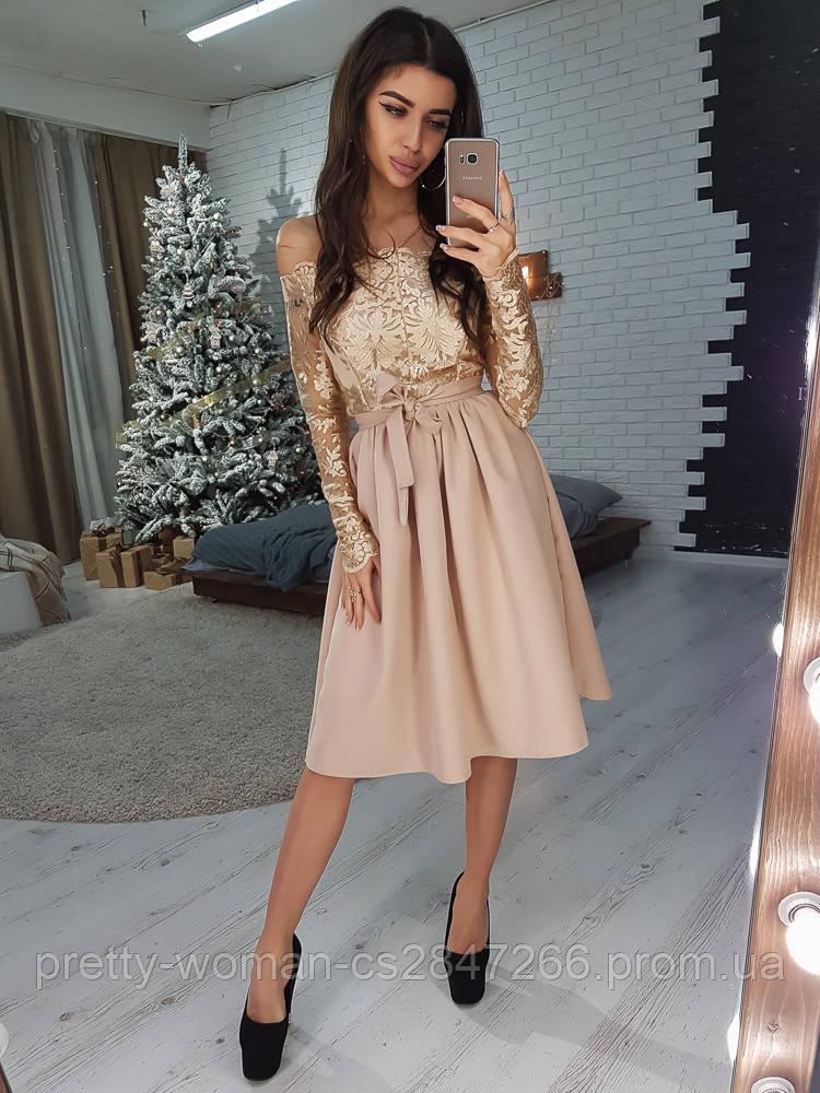 Элегантное приталенное  платье с кружевом бежевого цвета