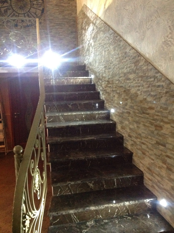 Лестница из мрамора Emperador Dark 1