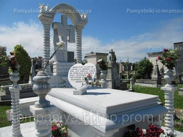 Памятник из мрамора с колоннами и крестом №47