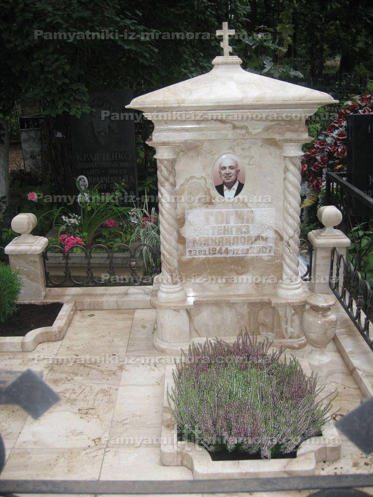 Памятник из розового саянского мрамора №55