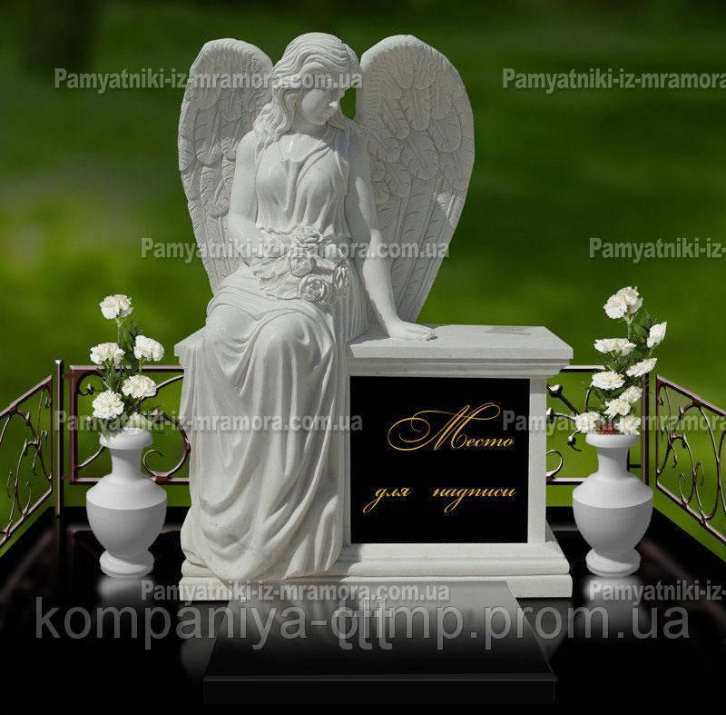 Ангел из мрамора сидящий на постаменте №62