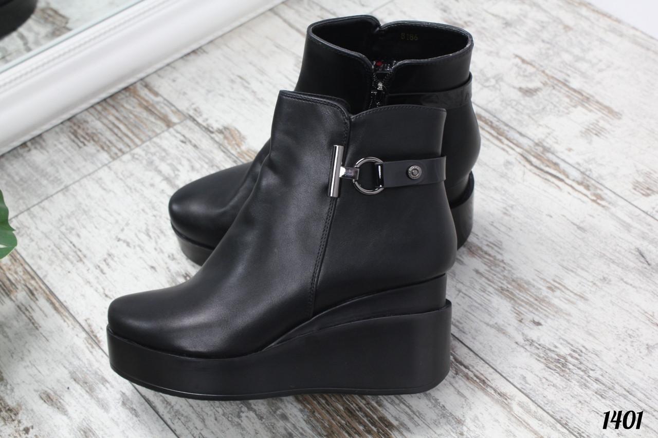 Ботинки Lаdy Fashion на танкетке сбоку декор черные