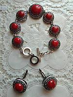Красивый красный комплект с  натуральными камнями, коралл, браслет и серьги.