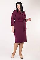 Красивое приталенное офисное платье с отложным воротником бордовое