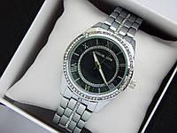 Женские кварцевые наручные часы копия Michael Kors серебристые, стразы, римские цифры, циферблат черного цвета, фото 1