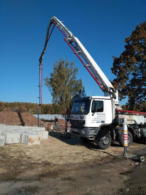 Подача бетона бетононасосом.