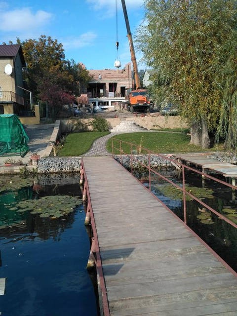 На берегу водоема строительство частного дома. 4