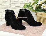 Стильні жіночі замшеві демісезонні черевики, декоровані стразами та фурнітурою, фото 2
