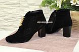 Стильні жіночі замшеві демісезонні черевики, декоровані стразами та фурнітурою, фото 3