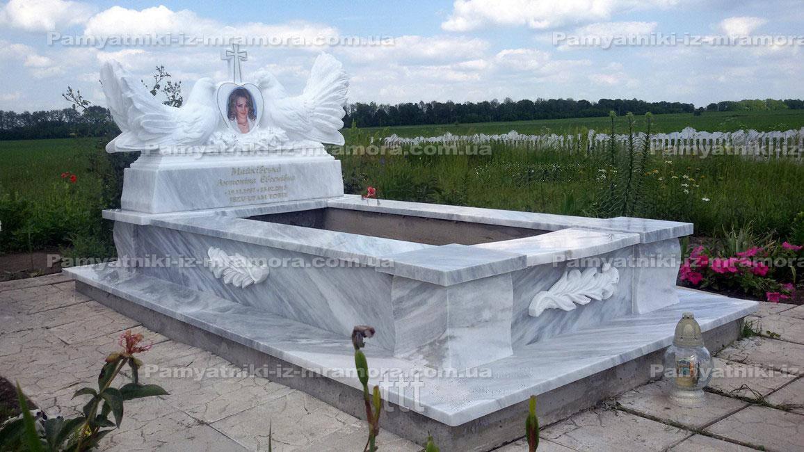 Памятники из мрамора с двумя голубями и сердцем № 93