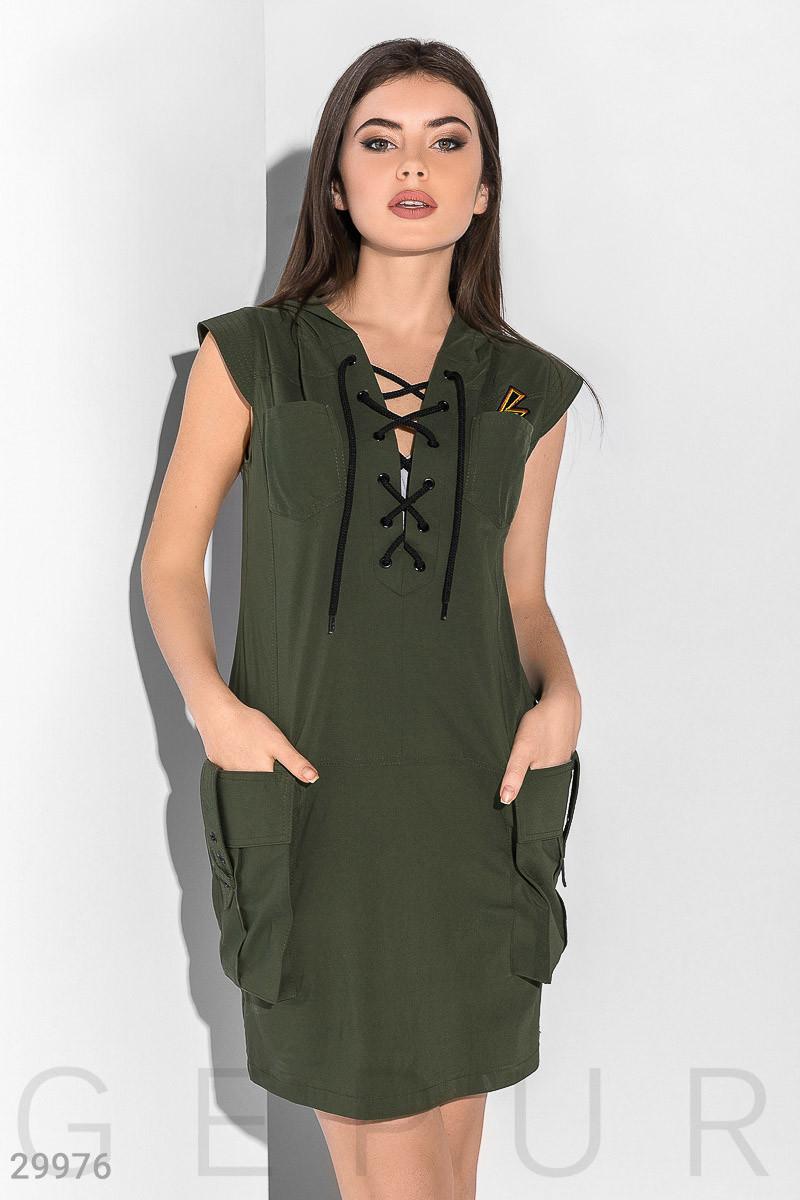 Короткое платье с капюшоном,  шнуровкой на груди и большими накладными карманами