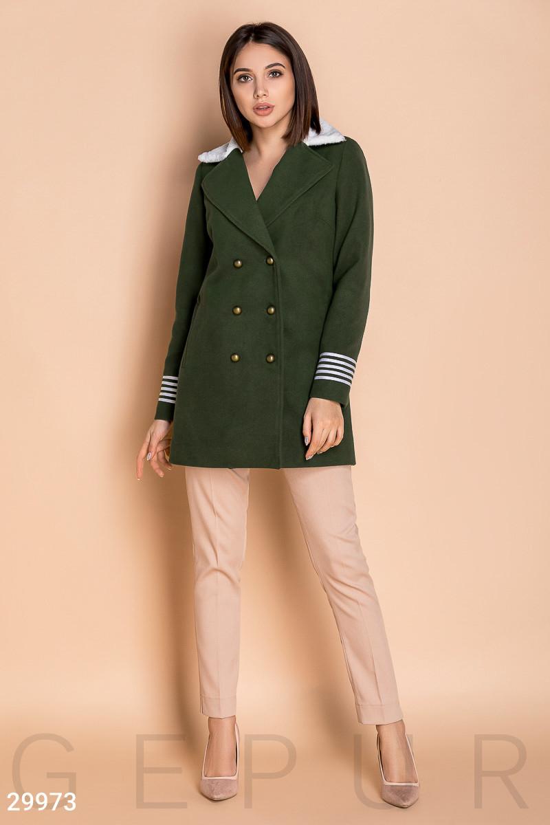 Короткое двубортное пальто в стиле милитари