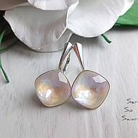 Изумительные серебряные сережки с кристаллами Сваровски бело-бежевого оттенка