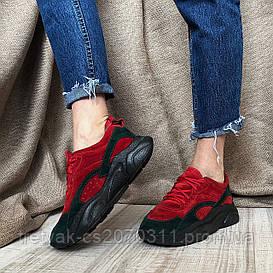 Женские кроссовки красного цвета из комбинированных материалов кожи и замши