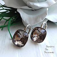 Классические серебряные сережки с кристаллами Сваровски бриллиантовой огранки в бежево-коричневом цвете