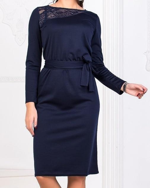 Приталенное платье по колено с поясом и гипюром