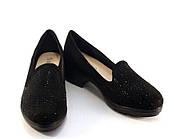 Качественные женские туфли спереди украшен стразами