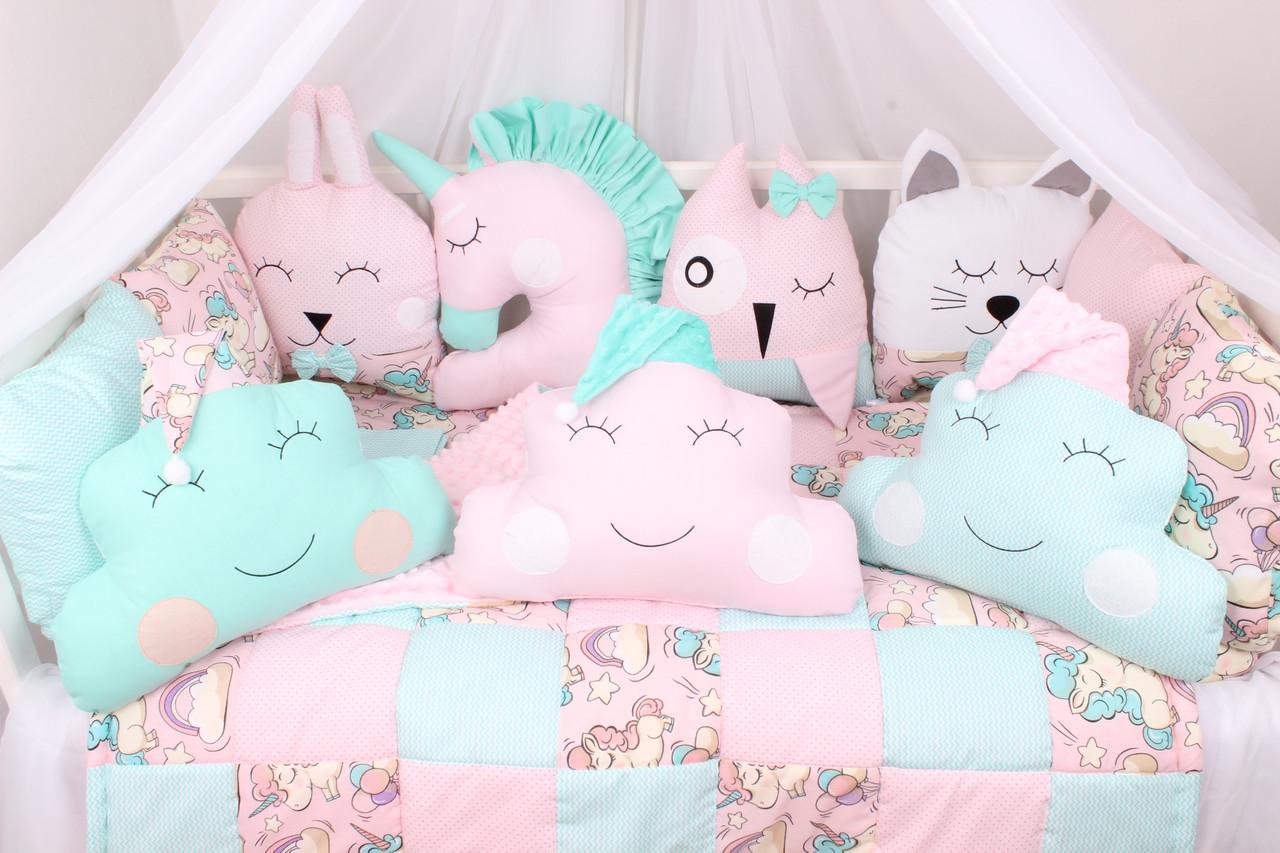 Комплект в детскую кроватку с игрушками и облачками  Единороги