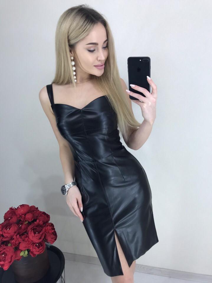 Кожаное платье с разрезом