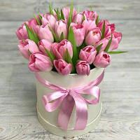 Букет в коробке из тюльпанов свежий срез